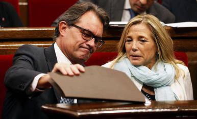 El presidente de la Generalitat, Artur Mas (izda.), junto a la vicepresidenta, Joana Ortega (dcha.)