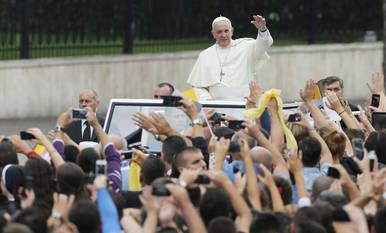 El papa Francisco saluda a los feligreses en Tirana