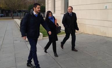 Ardanaz a su llegada al juzgado hacia las 9:30 horas, acompañado de su abogada (María Herrera) y del letrado de Osasuna (Miguel Ezcurdia)