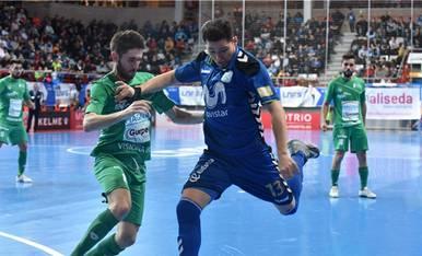 Darlan, de Movistar Inter, dispara ante la oposición de Roberto Martil, de Magna Gurpea.