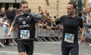 Dos participantes celebran su llegada a la línea de meta.