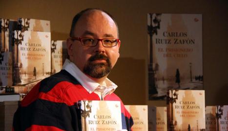 Ruiz Zafón, posando con su última obra