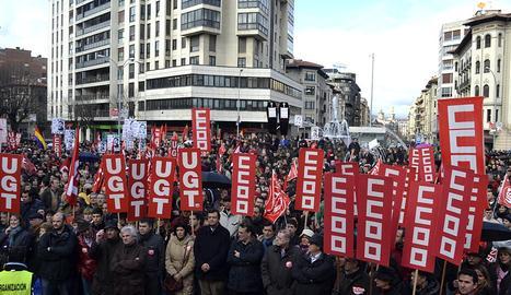 Miles de personas han protestado en la capital navarra contra la propuesta del gobierno del PP.