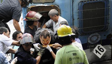 Los equipos de rescate evacúan a las personas heridas que se encuentran en el interior del tren de Buenos Aires.