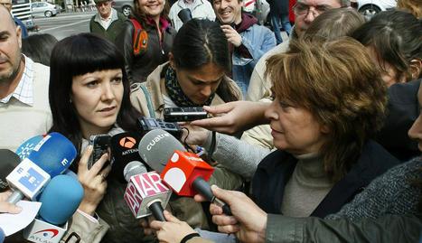 María Luisa Torres (d), la mujer que acusa a la religiosa María Gómez Valbuena por haber participado en la sustracción de su hija Pilar (i)
