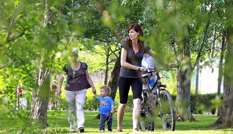 Los termómetros subían y el calor empujaba a grandes y chicos a disfrutar al aire libre del tiempo en los parques y terrazas de la capital navarra.