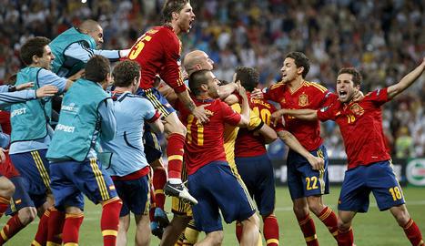 Los jugadores de España celebran el pase a la final