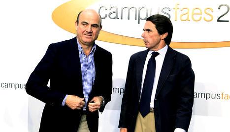 El ministro de Economía y Competitividad, Luis de Guindos (izda.), que intervino en el Campus de la Fundación para el Análisis y los Estudios Sociales (FAES),  conversa con el expresidente Josá María Aznar (dcha.)