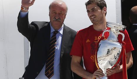 El seleccionador Vicente del Bosque (izda.) y el capitán Iker Casilla (dcha.) salen del avión con la copa de Europa conseguida en Kiev