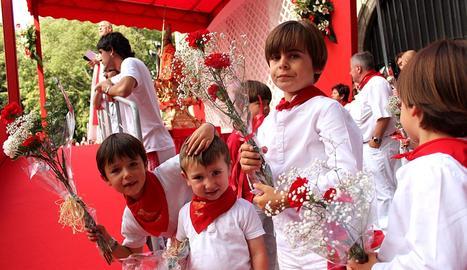 Los niños han protagonizado este miércoles una ofrenda floral al santo en honor a quien se celebran las fiestas de Sanfermín.