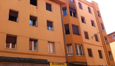 La vivienda afectada, con la fachada ennegrecida, en el tercer piso