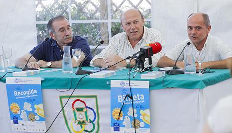De izquierda a derecha, Javier Iturbe, presidente de AEDONA, José Muñoz, presidente de la Mancomunidad y Juan Carlos Uriz, responsable de comunicación del Banco de Alimentos de Navarra