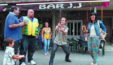 Antonio Vera (izda) y Paqui Marcos (dcha) celebrando su suerte,  el viernes por la tarde