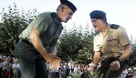 Dos compañeros militares del subteniente Francisco Casanova durante el homenaje.