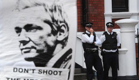 Cartel de apoyo a Assange, en la embajada de Ecuador en Londres