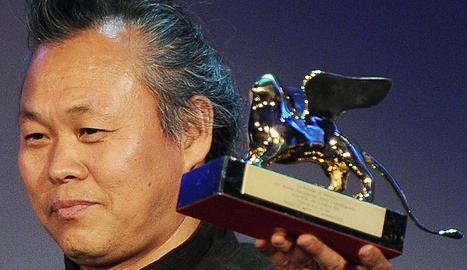 El director surcoreanao Kim Ki-duk posa con el León de Oro concedido a su película