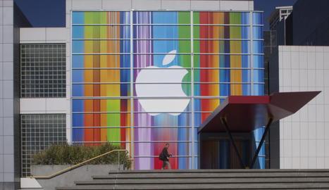 Vista de una fachada con el logo de Apple en el Centro Yerba Buena para las Artes, en San Francisco (California)