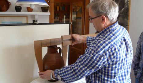 Esteban Labiano mide un cántaro para su catalogación.. DN