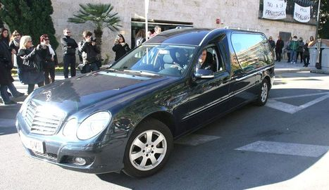 Un coche fúnebre traslada el féretro con los restos mortales del diseñador de moda nupcial Manuel Mota. EFE