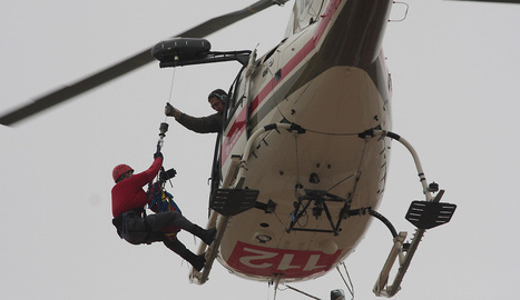 El helicóptero del Gobierno de Navarra en pleno rescate.. archivo