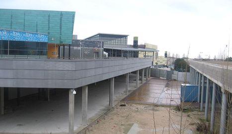 Vista de la zona que va a ocupar el nuevo híper que se empieza a construir en el centro Itaroa en Huarte.