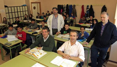 De izquierda a derecha; Fernando Ventura (director),  Sergio Sara (profesor Matemáticas), Ángel Gamarra (orientador)  y José Luis Oteiza (jefe estudios), en un aula de 1º de ESO del IES Basoko del barrio Iturrama de Pamplona. JOSE CARLOS CORDOVILLA