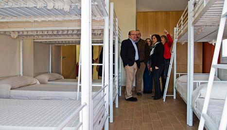 Un grupo de invitados a la inauguración en una de las habitaciones del nuevo albergue. MONTXO A.G