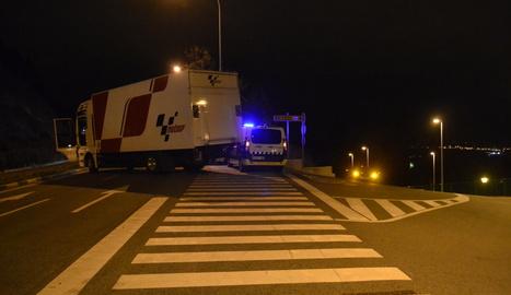 Imagen del camión implicado en el atropello, sobre el paso de peatones