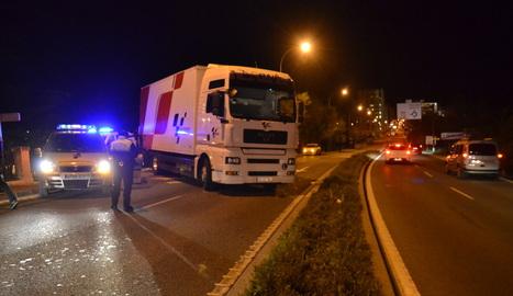 Imagen del camión implicado en el atropello, ocupando el carril de la cuesta de Beloso dirección Pamplona.