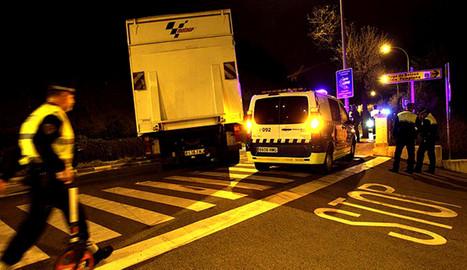 El camión implicado en el atropello, ocupando el carril de la cuesta de Beloso en dirección Pamplona