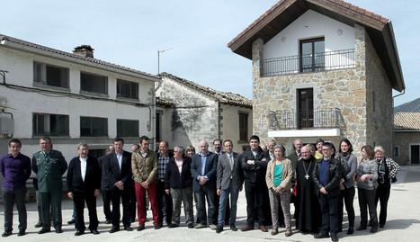 Autoridades forales, locales y de la comarca, ante el nuevo albergue de Yesa inaugurado ayer.. calleja