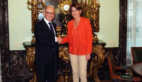 Saludo entre el ministro Montoro y la Presidenta Barcina.