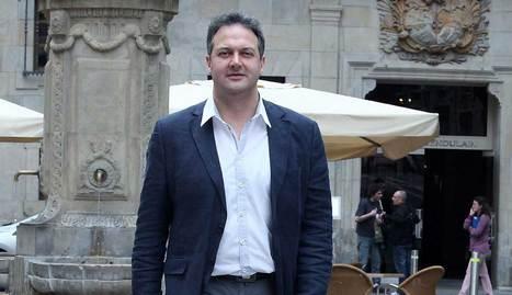 Luis Cacho, en la plaza del Consejo de Pamplona.. calleja