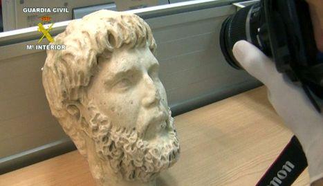 Combo de fotografías de una cabeza de mármol del siglo IV.