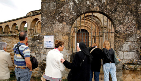 os turistas que se acercaron este sábado a Eunate se encontraron con la iglesia cerrada por inundación.. j.g.