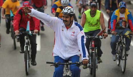 Nicolás Maduro saludo a varios simpatizantes mientras da un paseo en bicicleta