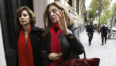 Rosalía Iglesias (dcha.), esposa del extesorero del PP Luis Bárcenas, y su abogada, María Dolores Márquez de Prado, en una imagen reciente. EFE