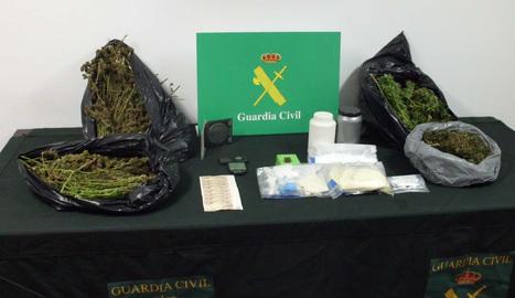 Material y drogas incautados a los tres detenidos en Olite.