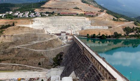 Al fondo, ladera y urbanizaciones afectadas por el deslizamiento.