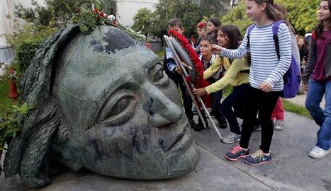 Varios niños homenajean a los caídos durante la revuelta estudiantil de 1973. EFE