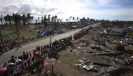 Una multitud de afectados por el tifón hace cola para recibir ayuda humanitaria en la devastada ciudad de Tacloban. efe