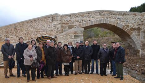 Algunos de los vecinos de la localidad que acudieron al acto posan con las autoridades delante de la obra arquitectónica del siglo XI.. Susana Esparza
