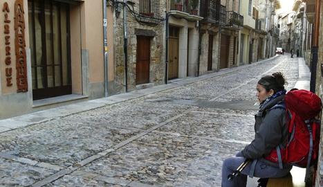 La calle la Rúa, donde se alza el Hospital de Peregrinos, en una imagen tomada este lunes, ya cerrado.. montxo a.g.