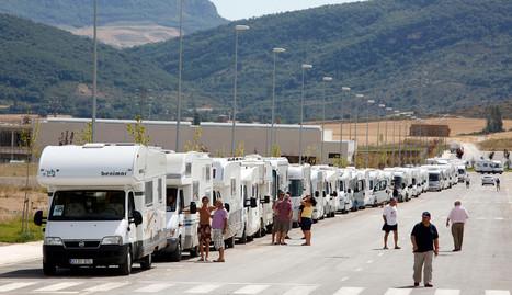En la imagen de archivo, una hilera de autocaravanas aparcadas en Aoiz. archivo (Jesús GArzarón)