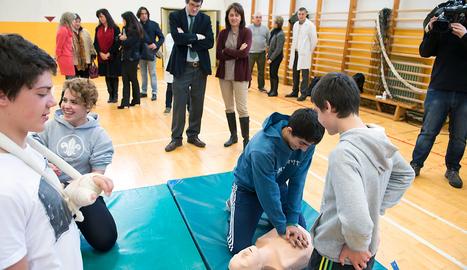 José Iribas y Marta Vera observan a alumnos del IES Navarro Villoslada que realizan prácticas de reanimación cardiopulmonar. FOTO: DIARIODENAVARRA