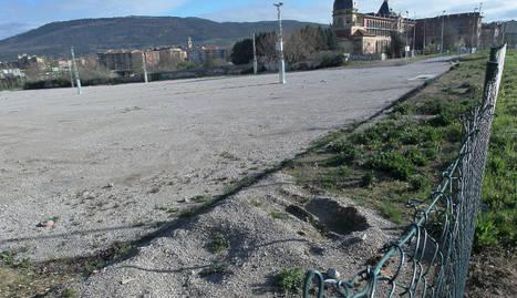 Espacio en el parque de Trinitarios, donde previsiblemente se creará la primera área para acoger autocaravanas en Pamplona. DN