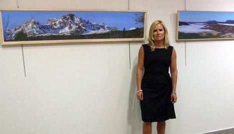 Pilar Longás, ante dos de los cuadros que expone en la villa ferroviaria.. e.m.
