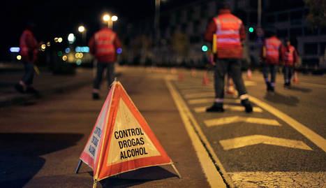 Agentes de la Policía Foral durante uno de los tres controles de alcohol y drogas que realizaron durante la madrugada de ayer en Pamplona
