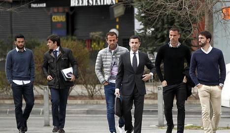 Jordi Figueras (d), Antonio Amaya (2d), Ivan Amaya (4d) y Jorge Molina (i), acompañados de su abogado, a su llegada a la Audiencia. EFE..
