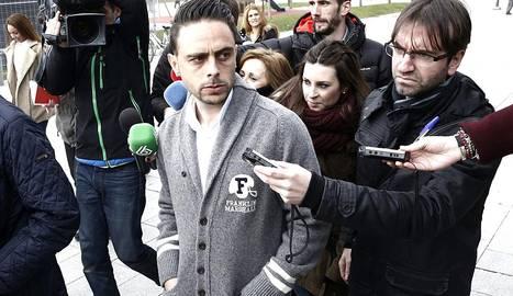 El jugador del Espanyol Sergio García abandona el Palacio de Justicia de Navarra tras declarar ante el juez. EFE/Jesús Diges..